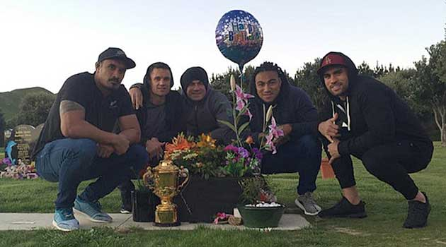 Kaino, Carter, SB Williams, Nonu y Messam junto a la tumba de Collins con la Webb Ellis Cup