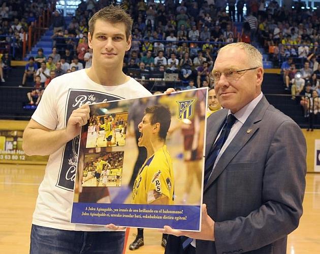 Julen Aginagalde recibe un homenaje por el Bidasoa