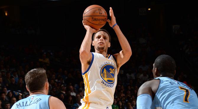El legendario Curry acosa a Jordan mientras mantiene invictos a los Warriors