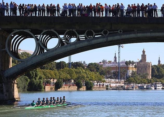 La embarcación bética, pasando bajo el Puente de Triana   Foto: Ayuntamiento de Sevilla
