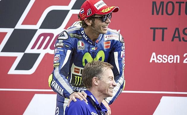 Valentino Rossi, con el jefe de equipo de Yamaha, Lin Jarvis.