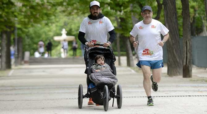 Corre el Maratón de Valencia con dos años y medio para luchar contra el cáncer