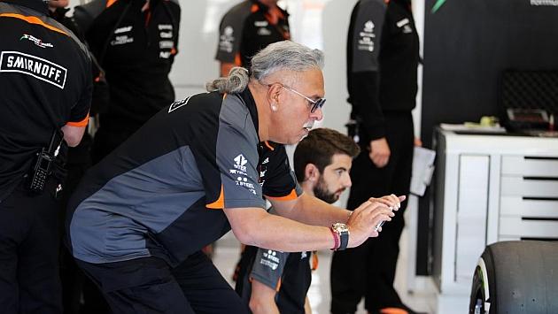 Vijay Mallya en el box de Force India en Bélgica (RV RACING PRESS)