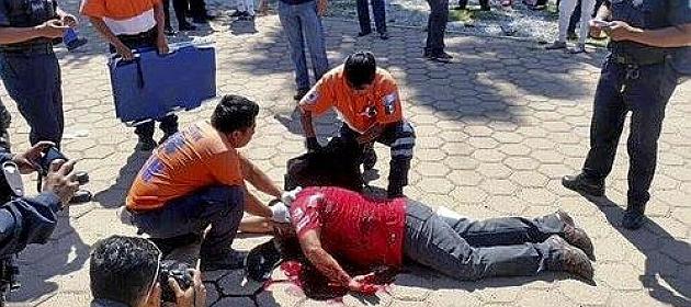 Guillermo Adelo, tendido en el suelo.
