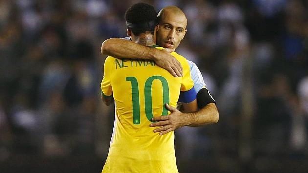 Mascherano se abraza a Neymar en el Clásico sudamericano