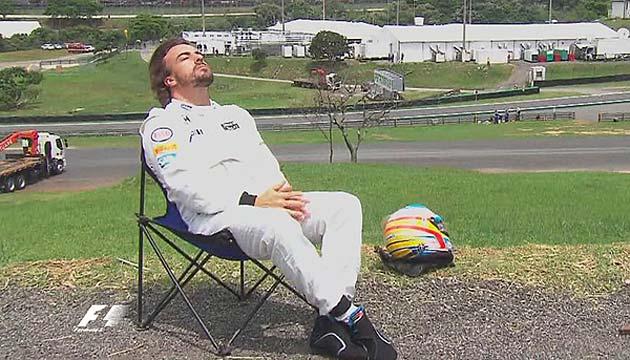 Fernando Alonso abandona la calificación por avería y se sienta a tomar el sol