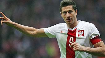 Robert Lewandowski celebra un gol con Polonia