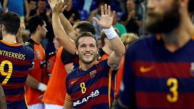 Víctor Tomás saluda a los aficionadosal término del partido
