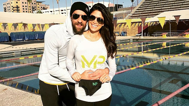Michael Phelps y su prometida, Nicole Johnson, anunciando su próxima paternidad