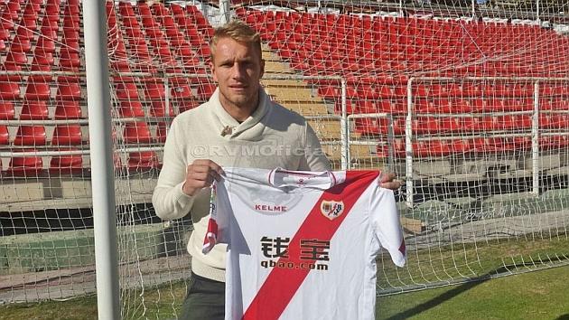 Yoel posa con la camiseta del Rayo Vallecano