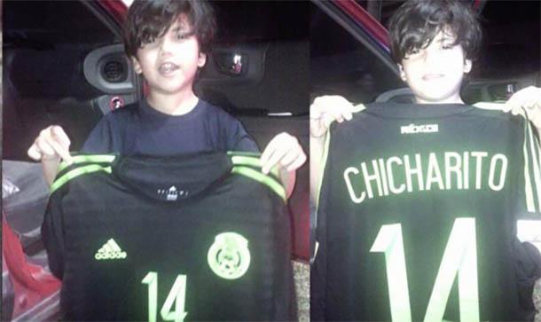 Los hermanos con la camiseta de Chicharito.