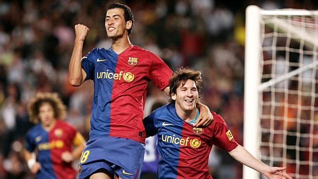 Busquets celebra junto a Messi un tanto en la temporada 08-09