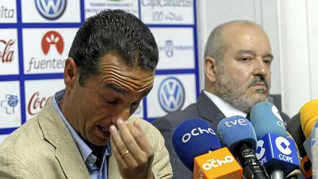 Un emocionado José Luis Oltra, junto a Miguel Concepción, durante su despedida como técnico del Tenerife.