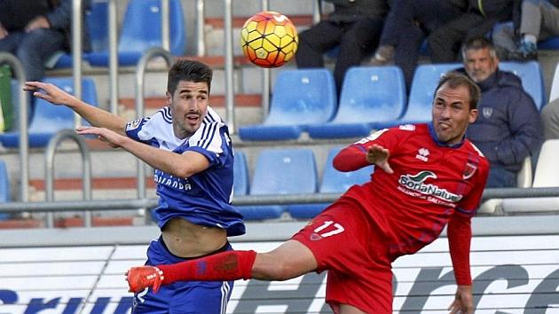 Alex García lucha un balón por arriba con un jugador del Numancia. Foto: MARCA.
