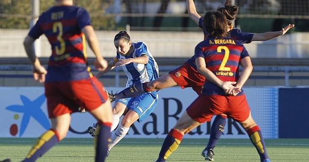 Paloma Lázaro intenta un tiro a puerta ante una nutrida defensa del Barcelona.