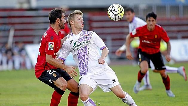 Vicente lucha un balón con un jugador del Numancia en un partido de la Liga Adelante.
