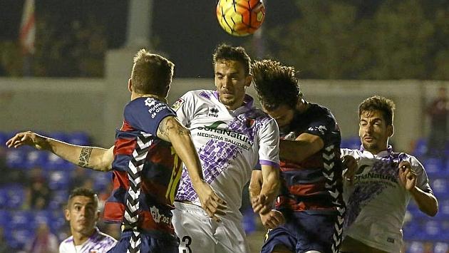 Óscar Díaz pugna por un balón aéreo en el partido ante el Llagostera.