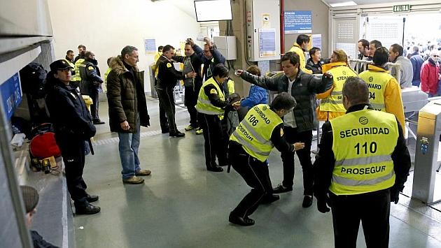 Agentes de seguridad cachean a los asistentes al estadio Santiago Bernabéu.