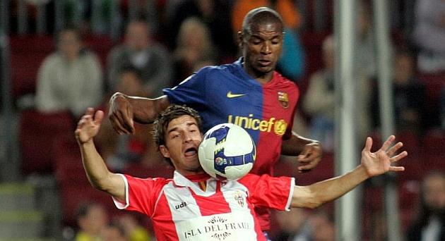 Natalio delante de Abidal durante un partido del Almería en el Camp Nou