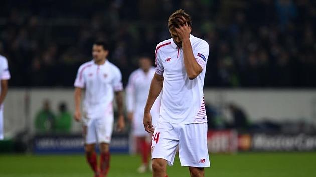 Fernando Llorente se lamenta tras un gol del Gladbach. AFP