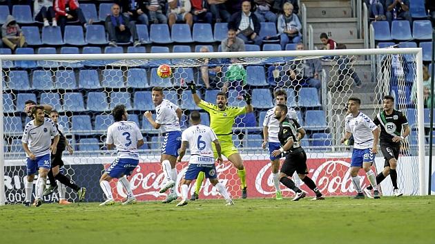 Jorge Saenz despeja de cabeza en el pasado partido ante el Córdoba