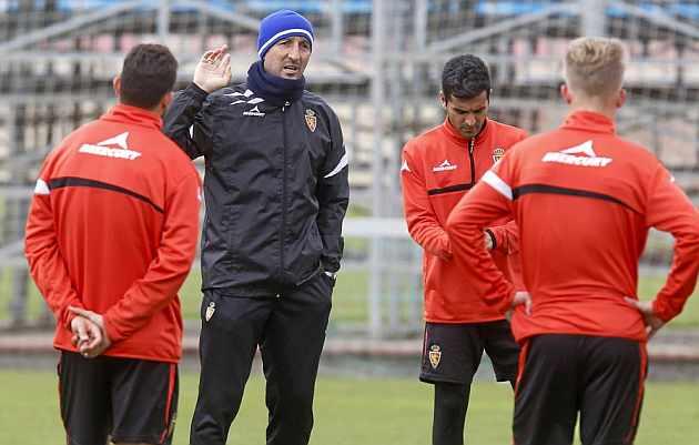 Popovic habla con sus jugadores en la sesión de ayer. / TONI GALÁN