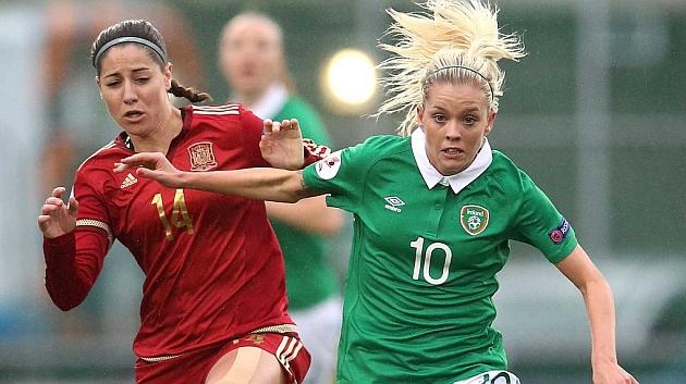 Vicky Losada puja con Denise O'Sullivan durante el partido.