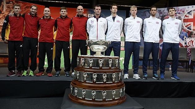 Los equipos de Bélgica y Gran Bretaña posan junto a la Ensaladera.