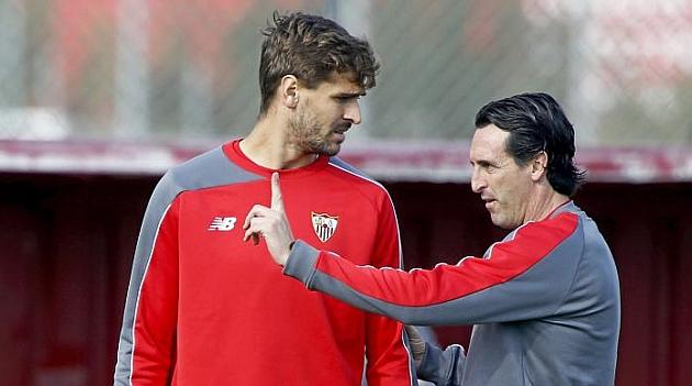Emery da indicaciones a Llorente en un entrenamiento. RAMÓN NAVARRO