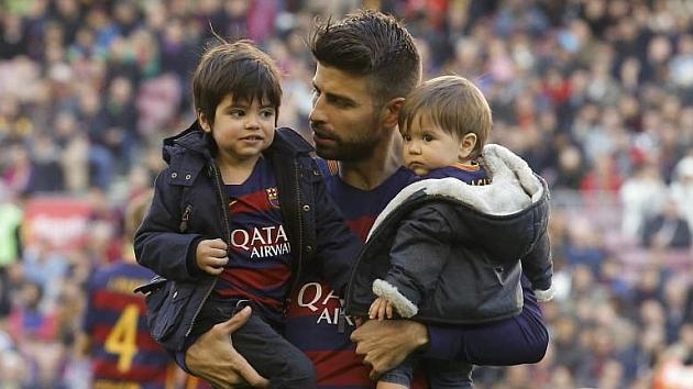 Piqué, con sus dos hijos antes del partido.