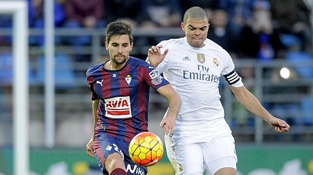 Pepe pelea con Adrián por un balón. FUENTE: Josune Mtz. de Albeniz