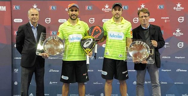 Fernando Belasteguín y Pablo Lima posan con sus trofeos de campeones.