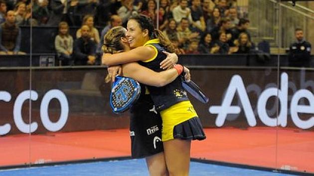 Alejandra Salazar y Marta Marrero tras conseguir la victoria en Valencia.