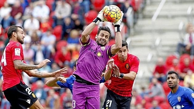 Casto Espinosa atrapa el balón por alto en el partido contra el Mallorca.