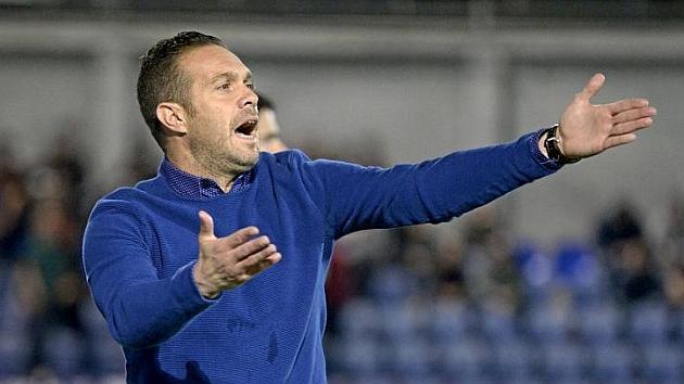 El Huesca destituye a Tevenet pese a no estar en descenso