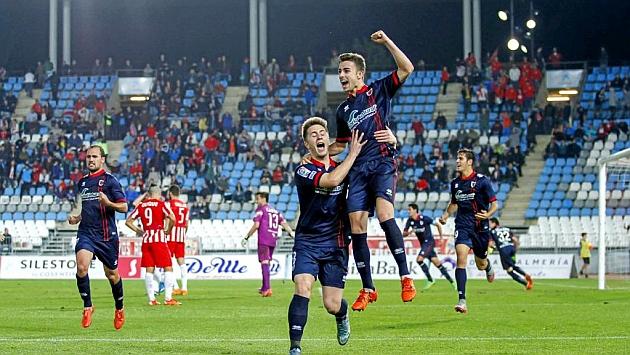 David Concha celebra con el brazo en alta su gol al Almería en el último suspiro