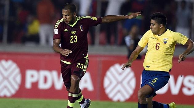 Rondón golpea a un balón ante Ecuador.
