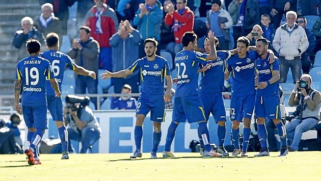 Scepovic y Álvaro celebran junto al resto del equipo uno de los goles ante el Villarreal