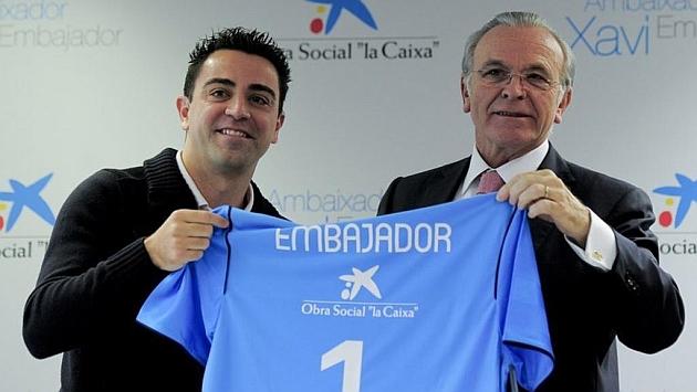 Xavi recibe la camiseta de La Caixa como embajador