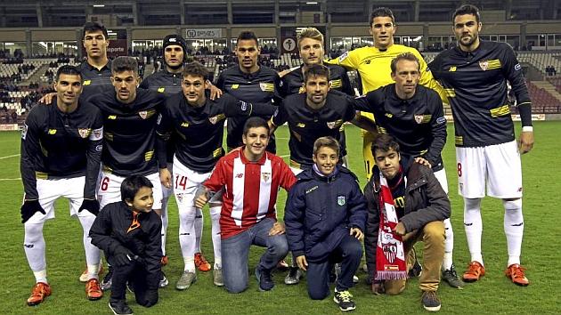 El equipo titular del Sevilla posa antes del partido en Las Gaunas. CROMA FOTOGRAFOS