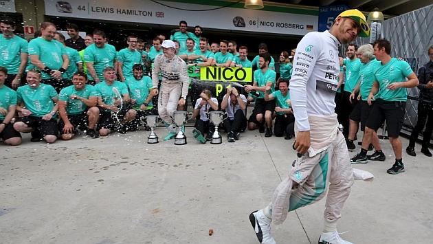 Hamilton echa más leña al fuego: Rosberg se queja mucho