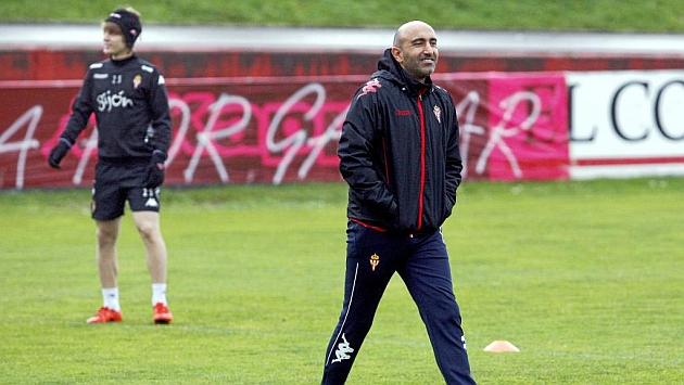 Abelardo, con Halilovic de fondo, en el entrenamiento del Sporting esta mañana.