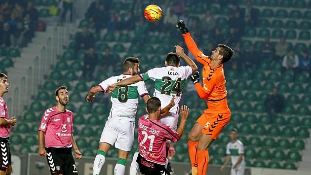 Dani Hernández saca un balón que había rematado un jugador del Tenerife.