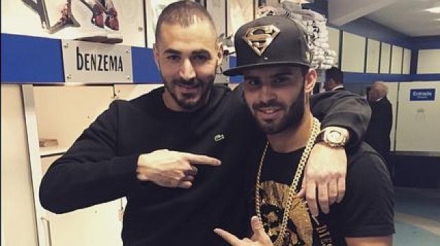 Jesé y Benzema, en el vestuario tras el partido.