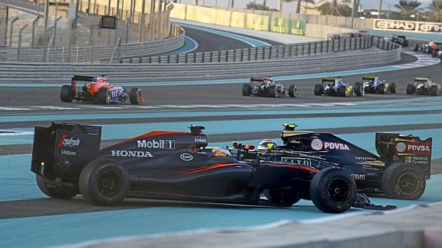 Fernando Alonso (34), tras tocar a Pastor Maldonado (30) en la salida del GranPremio de Abu Dabi, celebrado la semana pasada.