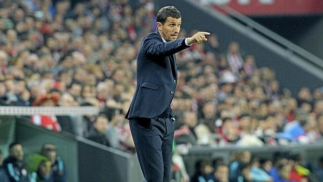 Javi Gracia da instrucciones a sus jugadores en San Mamés.