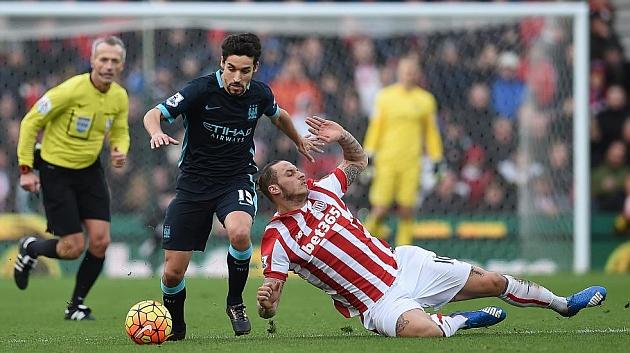 Jesús Navas, en un ataque del City ante el Stoke City. AFP
