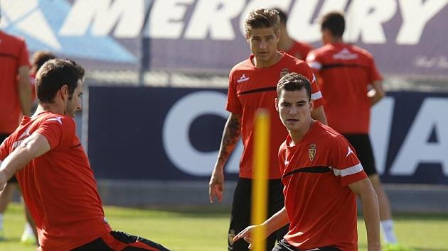 Sergio Buenacasa, delante de Wilk, durante un entrenamiento con el primer equipo del Zaragoza