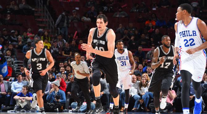 El coloso balcánico de 2,22 lidera a los reservas de los Spurs en su paliza a los 'nuevos' Sixers