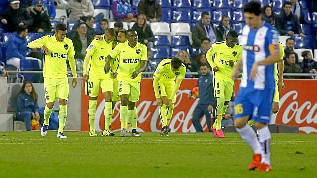 Celebración del Levante tras el gol de Lerma
